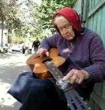 Bakica razvaljuje gitaru