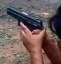 KOGA ĆE ONA DA HAPSI? Policajka pucala iz pištolja pa pogodila sebe u glavu (VIDEO)