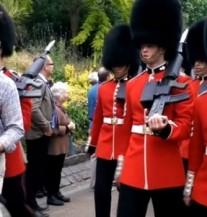 HTEO JE DA FOTKA KRALJIČINU GARDU: Sekund kasnije dobio je ŽESTOK UDARAC (VIDEO)