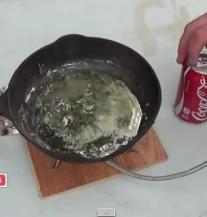 Kada spojite Coca Colu i rastopljeno olovo dobijete pravu UMJETNOST (VIDEO)