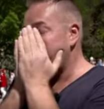 """HIV-pozitivan muškarac stao na ulicu s natpisom """"Dotakni me"""" – evo kako su ljudi reagirali (VIDEO)"""
