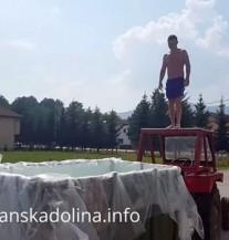 Bosanci hit na internetu!  Pogledajte kako skaču sa traktora u prikolicu! (VIDEO)