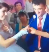 Na svadbi ga je isprovocirala tortom, on ju 'servirao' nogom (VIDEO)