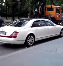 Kad si bogat i pauku si težak: Maybach od 3 tone (VIDEO)